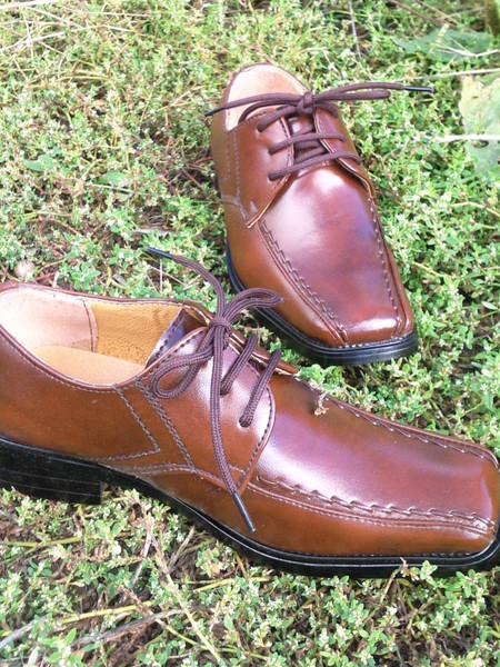 """CHAUSSURES ITALIENNES à lacets, Bouts carrés à l'italienne Y050 - P17 à 36 Modèle à lacets et à Bout Carré, """"à l'italienne"""", comme les grands ! Très TENDANCE, ce modèle habille les pieds normaux, pas trop larges. Les pieds fins avanceront un peu plus dans la chaussure, il faut donc bien tenir compte de la longueur du pied en cm pour choisir la bonne pointure."""