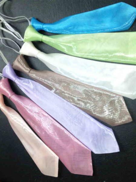 """CRAVATES ORGANZA BB & JUNIOR TRES JOLI EFFET de BRILLANCE de cette matière en voile d'ORGANZA ! Les CRAVATTES deviennent plus gaies et ORIGINALES ! et seront ainsi harmonisées aux couleurs des mariés ou du cortège... (matière identique aux robes de la collection en Organza) Effet plus flatteur et plus gai pour les """"Petis Bouts"""" et moins austère que les cravattes foncées ou en tissu mat. Chaque cravatte est assortie d'une petite pochette."""