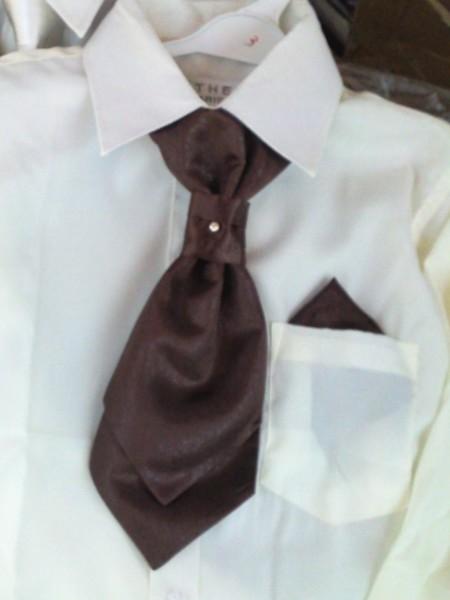 """LAVALLIERE & pochette assortie (Marque) Bel ENSEMBLE 2 pièces, comme pour les grands : - LAVALIERE montée sur élastique (ou """"cravalière), très pratique, prête à l'emploi pour les JUNIORS, en tissu brillant satiné, double pointe large, et noeud réhaussé d'un petit brillant, - POCHETTE carrée assortie pour """"habiller"""" la poche poitrine de la veste."""