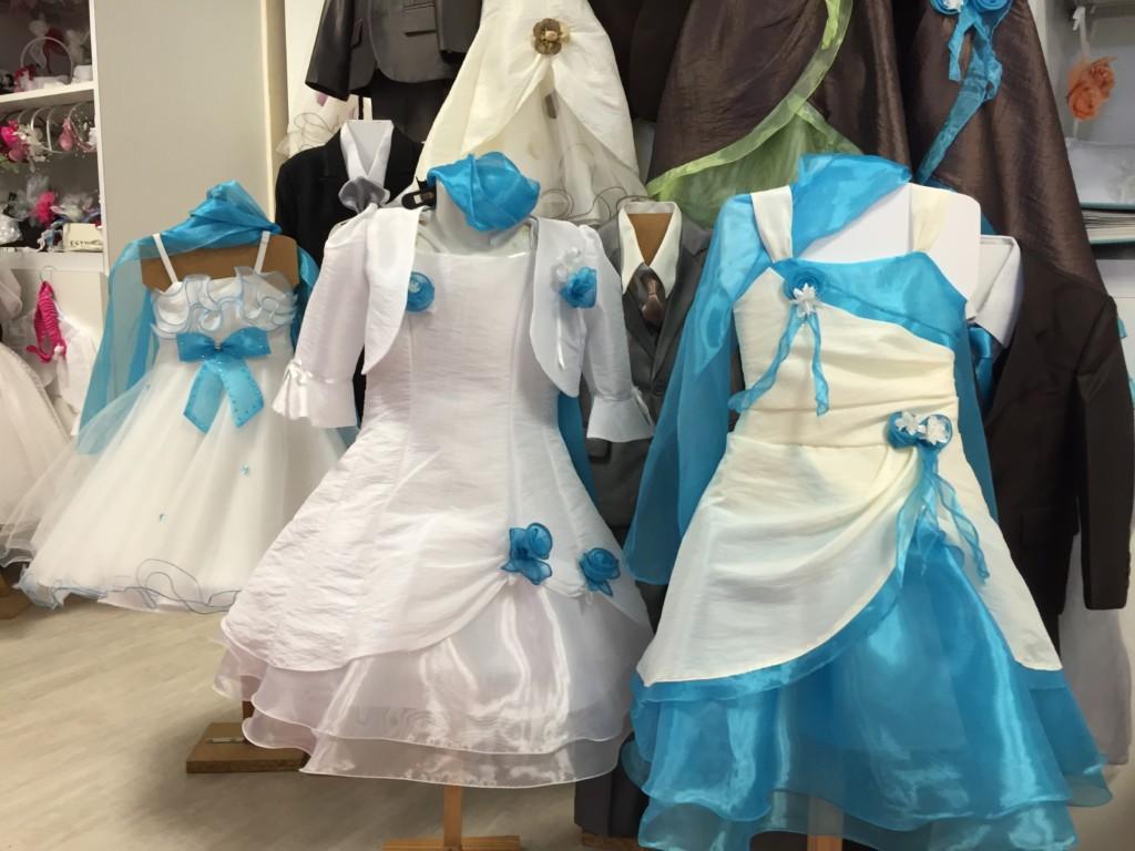 Robe blanche avec accessoire bleu. Rendez vous à la frutti boutique, Place de la Gare à Donges pour essayer et personnaliser vos tenues de cérémonie !