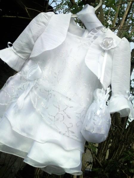 """Superbe aumonière bourse fabriquée avec les tissus de la robe """"STAR"""", en voile brodé de motifs argentés sur voile de couleur et doublée d'un voile Organza de couleur : Coloris au choix. Fermeture par un lien coulissant, à accrocher autour du poignet."""