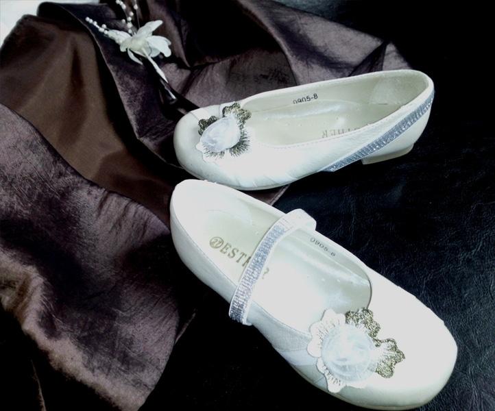 BALLERINES IVOIRE avec bride - Modèle de BALLERINE de couleur blanc cassé uni, décorée d'une fleur en voile très originale et chic posée sur deux petits rubans de satin en ton-sur-ton. Maintien par une bride de couleur IVOIRE, en matière élastique, pouvant être soit placée sur le dessus du pied, soit rabattue sur le côté de chaussure pour un effet décoratif.