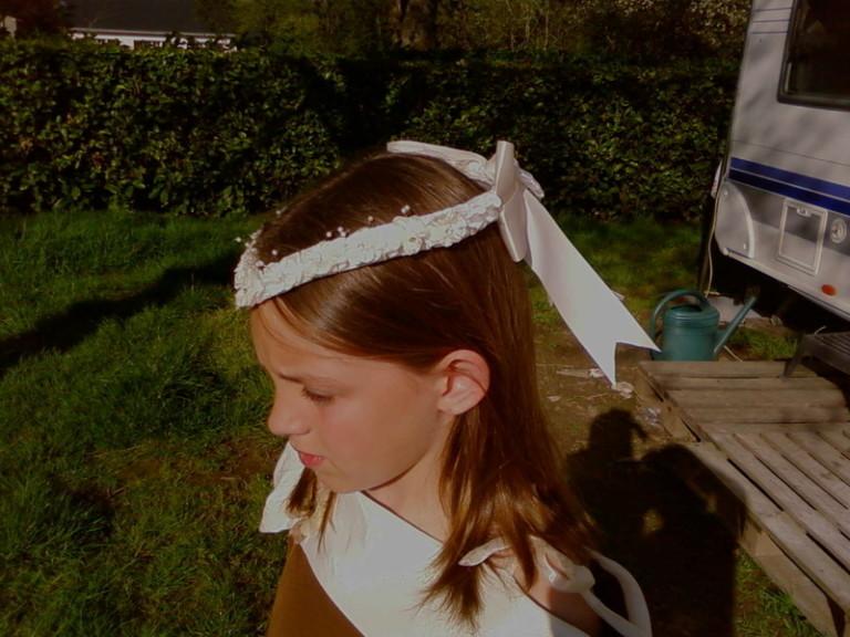 """DIADEMES Noeud arrière-pointe avant Diadème à poser sur le dessus de la tête, orné de petites fleurs au coeur perlé. Monté sur peigne pour maintien dans la chevelure avec un joli noeud de satin sur l'arrière. Effet """"classique"""" très habillé pour harmoniser avec certains styles de tenue."""