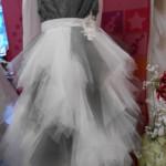 ROBE PLUME grise Magnifique modèle, toute en « mouchoirs » de tulle, à faire gonfler à souhait ! Idéal pour accompagner une mariée habillée de tulle !