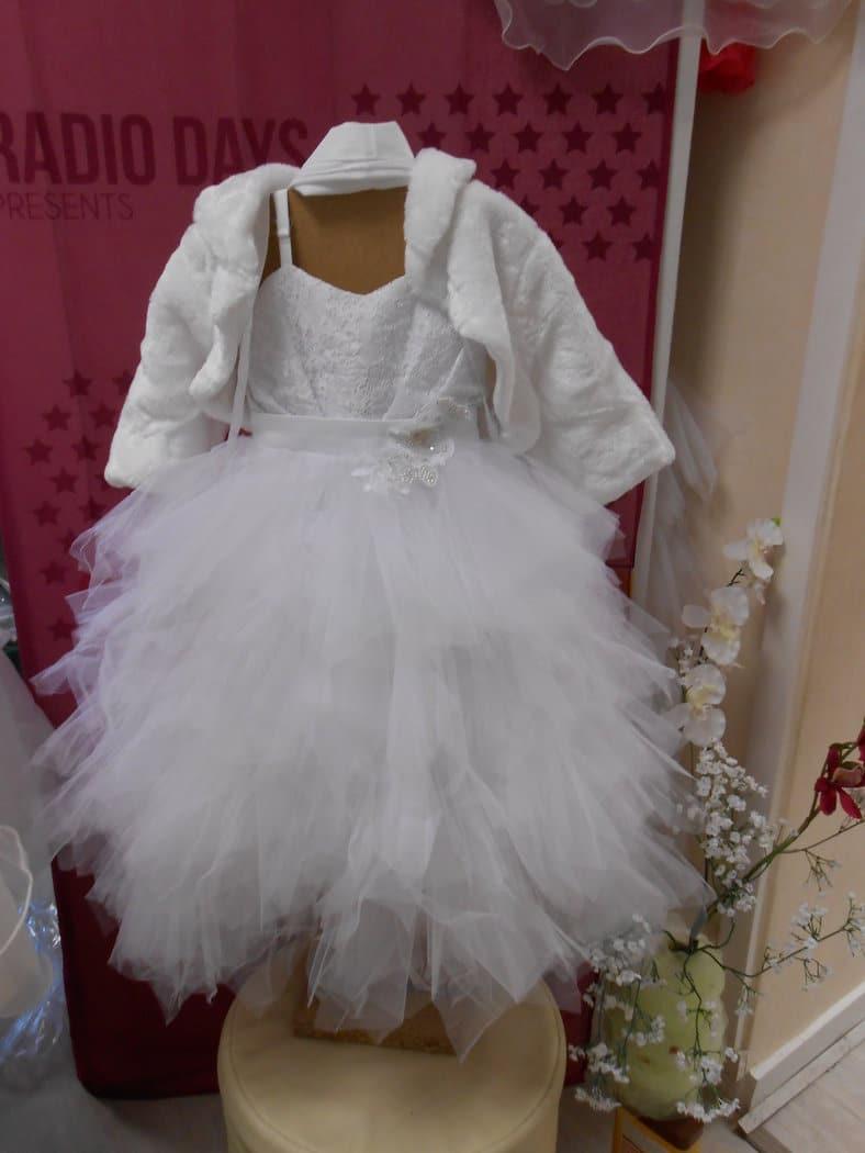 ROBE PLUME Blanche Magnifique modèle, toute en « mouchoirs » de tulle, à faire gonfler à souhait ! Idéal pour accompagner une mariée habillée de tulle !