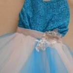 ROBE PLUME Bleu Magnifique modèle, toute en « mouchoirs » de tulle, à faire gonfler à souhait ! Idéal pour accompagner une mariée habillée de tulle !