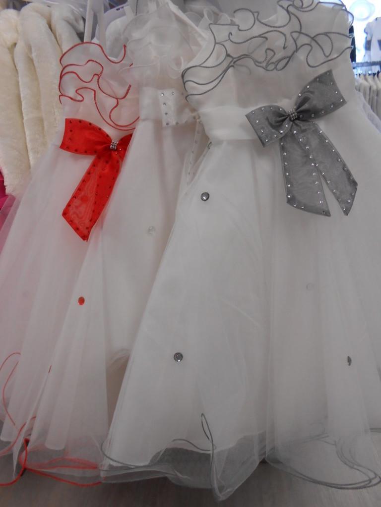 ROBE FROU-FROU Nouvelle version de la Robe « princesse » en TULLE, version moderne qui charmera les enfants avec son joli « frou-frou » en haut de buste et ses diamants en décoration sur la robe toute en tulle, de forme évasée, sur un jupon avec un cerceau intégré.