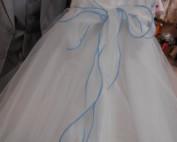 ROBE FROU-FROU TURQUOISE Nouvelle version de la Robe « princesse » en TULLE, version moderne qui charmera les enfants avec son joli « frou-frou » en haut de buste et ses diamants en décoration sur la robe toute en tulle, de forme évasée, sur un jupon avec un cerceau intégré.
