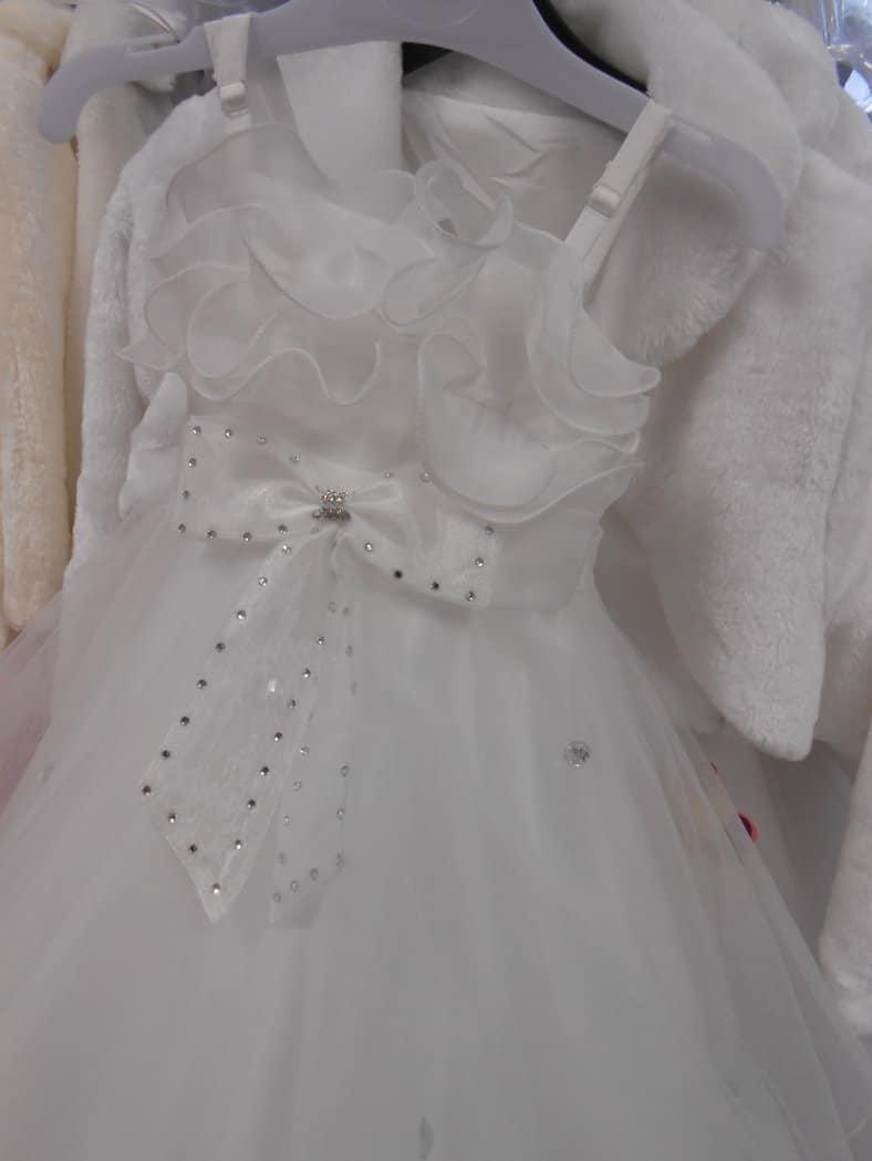 ROBE FROU-FROU blanche Nouvelle version de la Robe « princesse » en TULLE, version moderne qui charmera les enfants avec son joli « frou-frou » en haut de buste et ses diamants en décoration sur la robe toute en tulle, de forme évasée, sur un jupon avec un cerceau intégré.