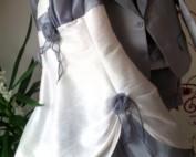 Robe CORAIL blanche « dos nu » avec un nouage en Tour de COU ! Et une décoration du bustier par un mouvement plissé en Organza. Joli modèle en taffetas et Voile d'Organza qui peut être complété si besoin par un BOLERO assorti, dans la même matière, pour couvrir les épaules et assurant une belle finition de la tenue.