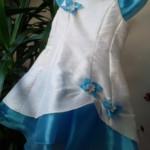 ROBE PIVOINE TURQUOISE - En taffetas imitation soie froissé, ce modèle est coupé « en forme » avec une légère amplitude en bas de robe et une aisance plus grande pour chaque taille qui a été prévue pour les enfants avec des formes plus rondes !