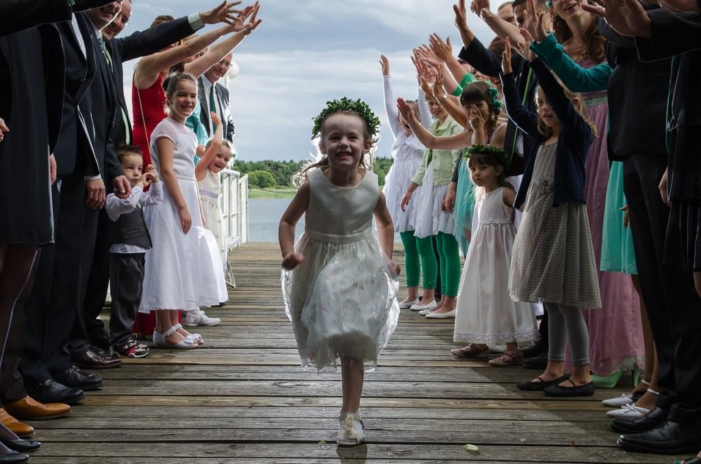 des enfants s'amusent dans un mariage